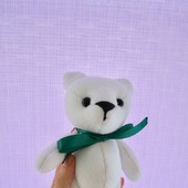 Белый мишка с бантиком