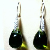 Серьги из серебра и чешских стеклянных бусин — зеленые
