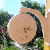 Настенные двусторонние часы на кронштейне