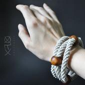 Льняной браслет с дубовыми бусинами