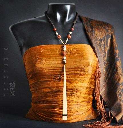 Колье из натуральных бусин с длинной деревянной подвеской ручной работы на заказ