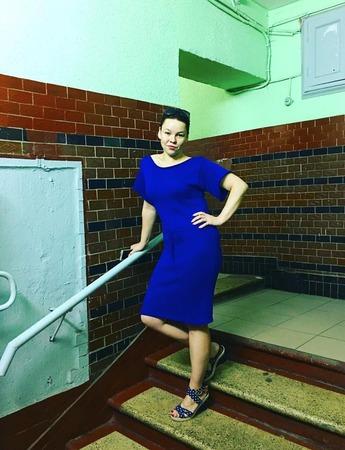 Платье со спущенным плечом ручной работы на заказ