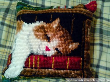 Спящий кот на книжной полке ручной работы на заказ