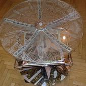 Декоративный стол со стеклянной поверхностью