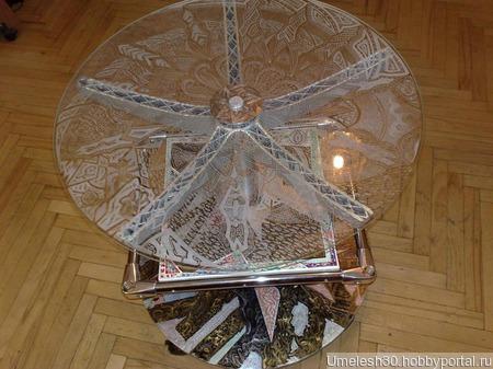 Декоративный стол со стеклянной поверхностью ручной работы на заказ