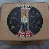 Столик с оригинальным рисунком