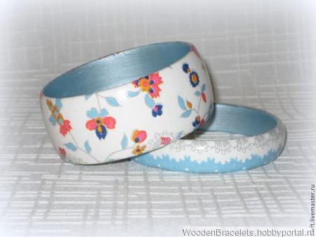 """Белый с голубым комплект браслетов из дерева """"Кружево на голубом"""" ручной работы на заказ"""