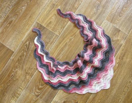 Бактус вязаный серо-розовый ручной работы на заказ
