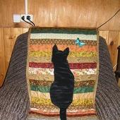 """Лоскутная накидка на кресло """"Кошка на даче"""""""