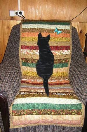 "Лоскутная накидка на кресло ""Кошка на даче"" ручной работы на заказ"