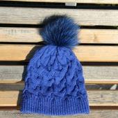Синяя шапочка с помпоном
