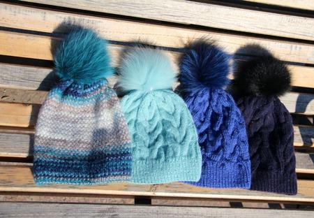 Синяя шапочка с помпоном ручной работы на заказ