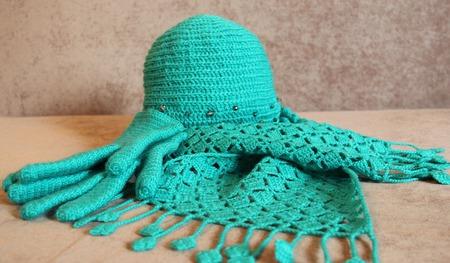 Комплект изумрудный (шапка, шарф, перчатки) ручной работы на заказ