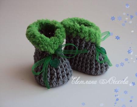 Пинетки серые с ярко-зеленой опушкой для мальчика ручной работы на заказ