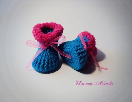 Пинетки бирюзовые с ярко-розовой опушкой для девочки ручной работы на заказ
