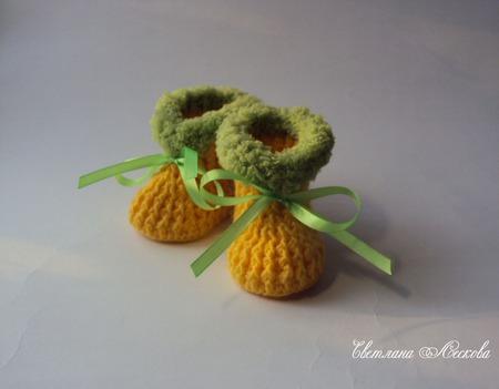 Пинетки желтые с оливковой опушкой крючком для девочки ручной работы на заказ