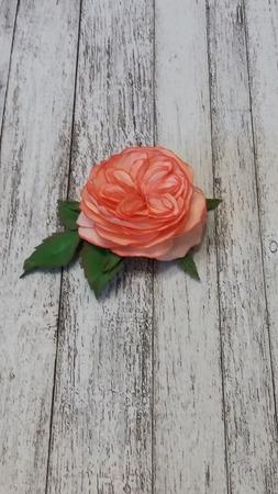 Брошь с пионовидной розой ручной работы на заказ