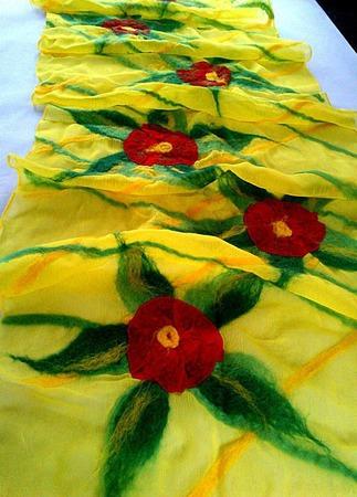 "Шарф-палантин валяный ""Красные цветы"" ручной работы на заказ"
