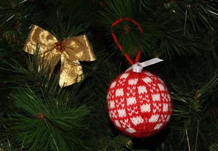 Вязаные шары на елку ручной работы на заказ