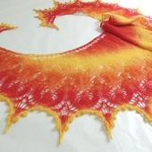 Солнечная ажурная шаль серповидная.