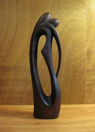 Скульптура из дерева Поцелуй ручной работы на заказ