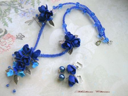Синее колье с цветами ручной работы на заказ