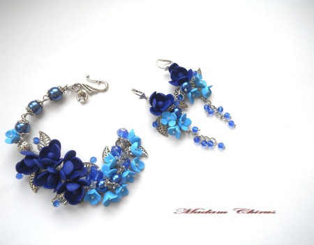 Комплект с жемчугом и синими фрезиями Синий ажур ручной работы на заказ