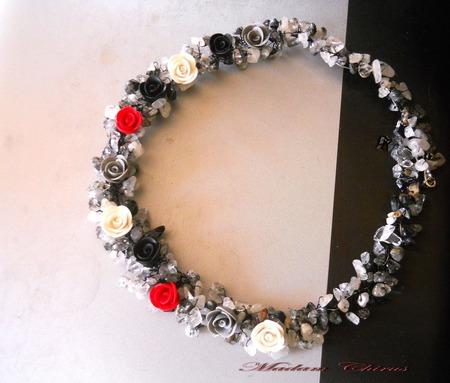 Черно белое колье из кварца и роз ручной работы на заказ