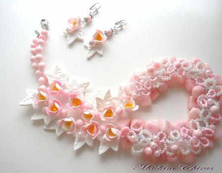 Колье с крокусами и натуральными камнями Розовый бриз ручной работы на заказ