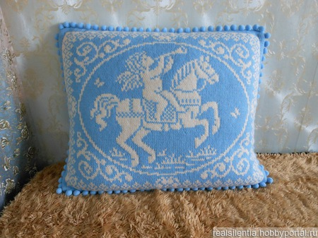 """Вязанная подушка с ангелом """"Труба зовёт"""" ручной работы на заказ"""