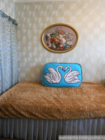 Прикроватная подушка «Лебединое озеро» ручной работы на заказ