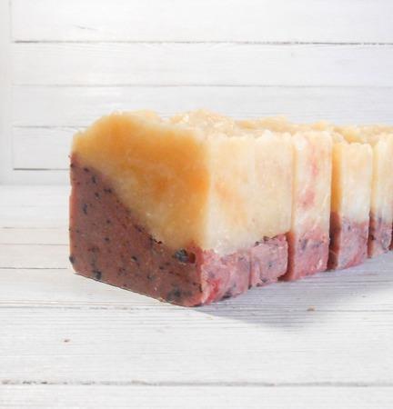 Натуральное мыло с вишневой пудрой и шелком ручной работы на заказ