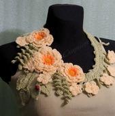 Вязаное колье Весна (персиковый цвет) в стиле Silvia Gramani
