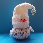 Снеговичок в белом колпачке.