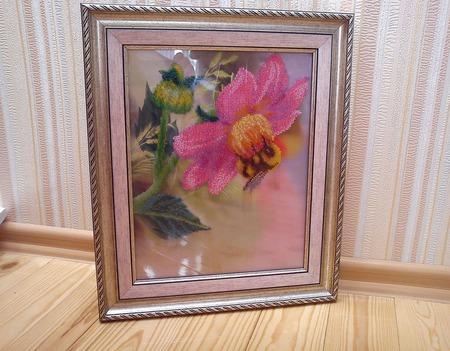 Пчелка на георгине бисером ручной работы на заказ