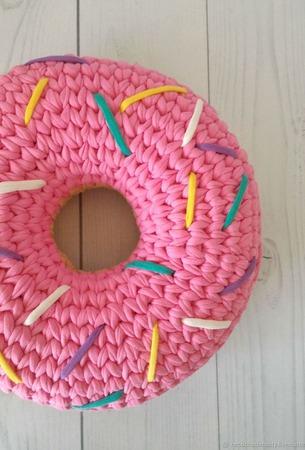"""Декоративная подушка """"Пончик с клубничной глазурью"""" ручной работы на заказ"""