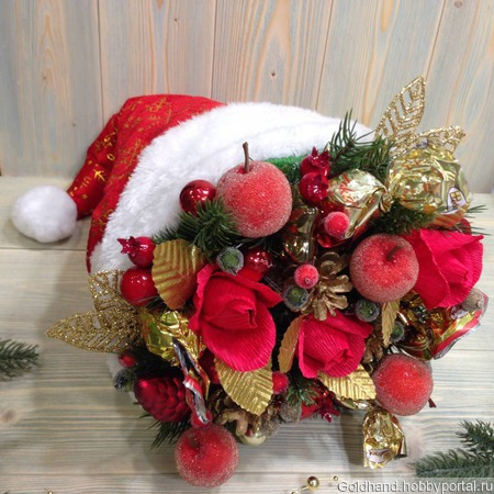 Новогодний букет из конфет «Шапка Деда Мороза». ручной работы на заказ