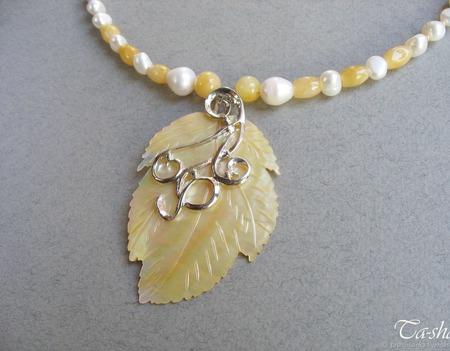 """Колье из жемчуга с подвеской """"Желтый лист"""" бусы ожерелье ручной работы на заказ"""