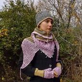 Вязаный шерстяной комплект: вязаный бактус, шапка-кубанка, вязаные митенки