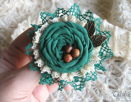 """Брошь из ткани цветок """"Орешник"""" бохо зеленый ручной работы на заказ"""