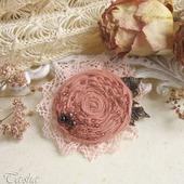 """Брошь из ткани бохо """"Alice"""" цветок кремовый розовый с гранатом"""
