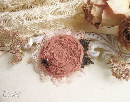 """Брошь из ткани бохо """"Alice"""" цветок кремовый розовый с гранатом ручной работы на заказ"""