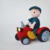 Трактор и веселый фермер Бауэр