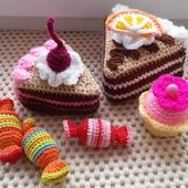 Пирожные, конфеты, кексы вязаные.
