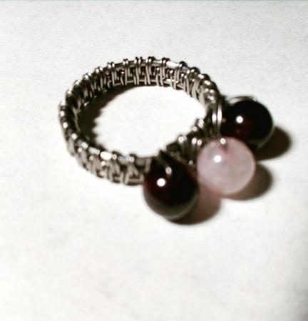 Кольцо с гранатами и розовым кварцем ручной работы на заказ
