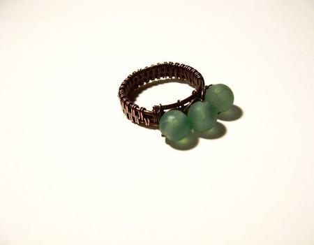 Кольцо из меди с зелёными агатами ручной работы на заказ