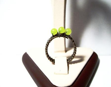 Кольцо из меди с тремя хризолитами ручной работы на заказ