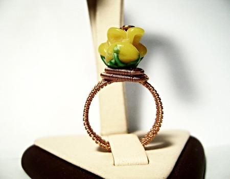 """Кольцо из медной проволоки """"Жёлтая роза"""" ручной работы на заказ"""