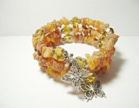 Браслет из необработанного янтаря с бабочками ручной работы на заказ