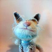 Кошечка Неженка жемчужная - вязаный сувенир
